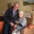 Wilfried Obermüller überreicht Frau Tholen im Haus Abendsegen eine Rose zum Frauentag