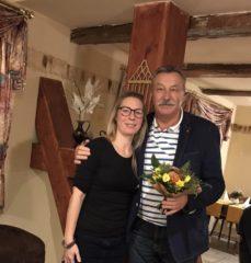 Melanie Böttcher bedankt sich mit einem Blumestrauß bei Ulrich Förster