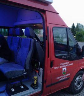 Florian Fahrtmann sitzt in einem Einsatzfahrzeug mit blauem Innenlicht
