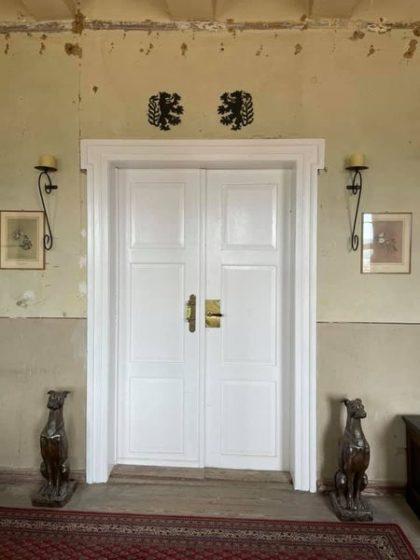 Eine alte weiße Doppeltüre im Rittergut Cattenstedt